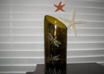 Je vase d'une bouteille en verre avec ses mains (photo)