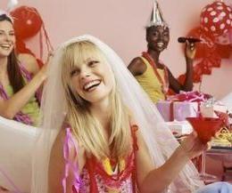 Wie ein Geschenk an die Braut an der bachelorette Partei zu wählen?