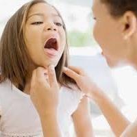 ¿Cómo y por qué tratar una garganta de color rojo en los niños?