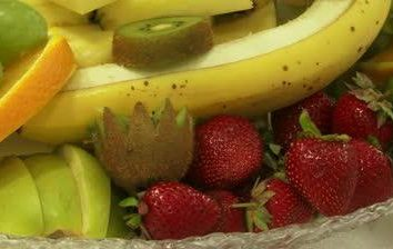 Frutas fatiadas em uma tabela festiva: uma variedade de opções
