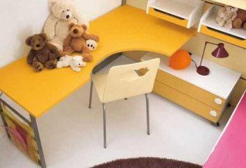 tavolo d'angolo per uno studente di risparmiare spazio nella stanza