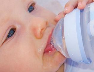 É possível dar água para os recém-nascidos que são amamentados?