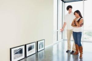 Decorar as paredes com as próprias mãos para alterar a aparência das instalações