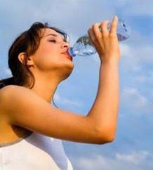 L'eau pour la perte de poids. Plusieurs façons de réduire le poids à l'aide d'un liquide
