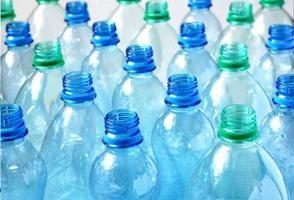 Prendere due piccioni con una fava: Riciclaggio bottiglie di plastica