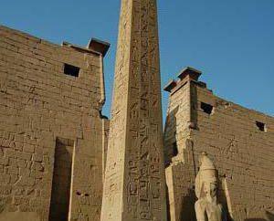 élément architectural, qui venait de l'obélisque égyptien antique – un …