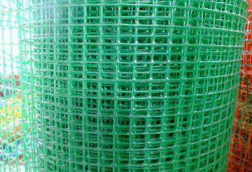 cerca de malha de plástico com as mãos (foto)
