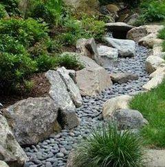 Come fare un giardino secco torrente con le proprie mani?