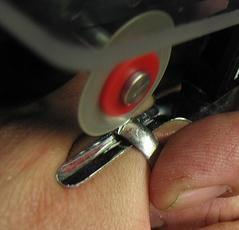 Kilka wskazówek, jak usunąć pierścień z opuchniętą palca cierpiącego