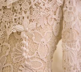 Ein exquisites Kleid. Irische Spitze ist ein stilvolles Retro- und modisches Bild