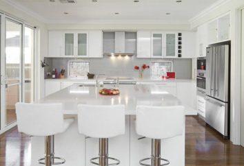Biały fartuch na białej kuchni – klasyczne połączenie