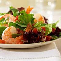 Une salade de lumière avec roquette et crevettes