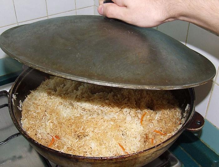 Pilaw in einem Kessel. Rezept usbekische Gerichte