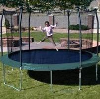 heureux cours de l'enfance: trampolines pour les enfants avec grille