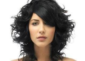 Sculpture des cheveux sur les cheveux moyens – style à long terme