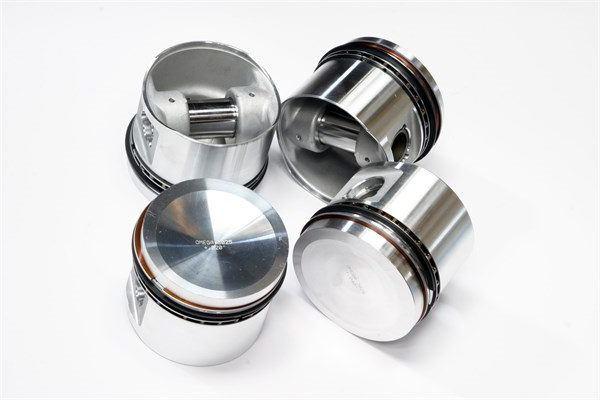 Kolben - ist ein Teil des Automotors. Gerätetausch, Einbau des Kolbens