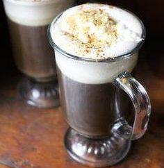 Jaka jest nazwa kawy z koniakiem i jak napój ten nazywano w dawnych czasach?