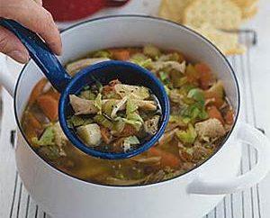 Calorie sopa de galinha. sopa de frango com macarrão de calorias
