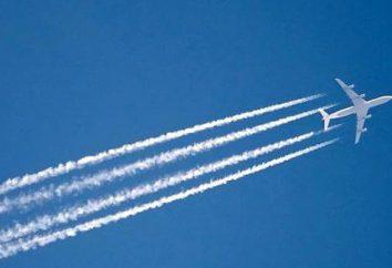 Rastro del vapor desde un avión y cohetes