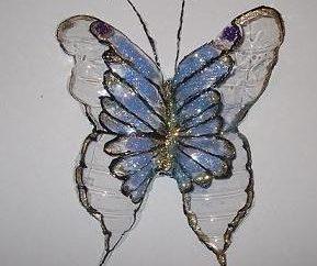 Erschwingliche Kreativität. Wie man einen Schmetterling aus Plastikflaschen machen