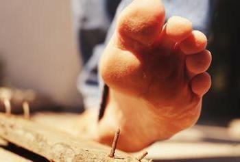 Se um homem pisou em um prego enferrujado, o que fazer em tal situação?
