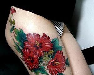 Les tatouages pour les filles sur la hanche – la beauté ou une mode?