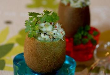 Ensalada con palitos de cangrejo y kiwi. ensalada delicado con palitos de cangrejo