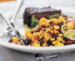 Jak przygotować sałatkę z grzankami i kukurydzy i fasoli