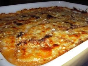 Cuisine en moussaka grecque avec l'aubergine