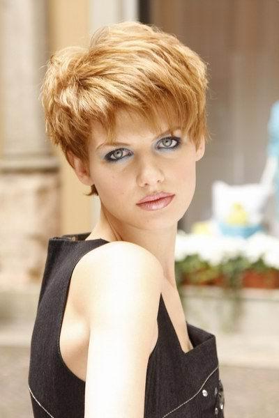acconciature effettivi per i capelli corti con la frangetta per ragazze e  bambine f1abe8bd40c9
