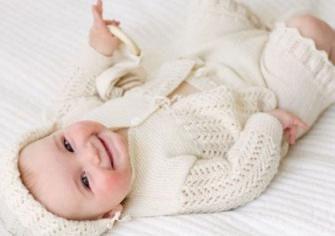 Comment habiller le nouveau-né sur pied au printemps, été, automne et hiver? Conseils des parents expérimentés