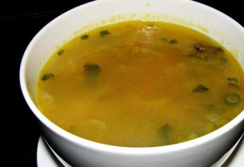 Des plats de poulet soupe de ventricules avec des pois et la laitue aux champignons