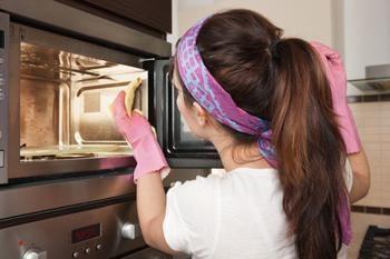 Como lavar um forno de microondas: dicas para ajudar a poupar tempo e esforço