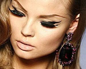 La moda de maquillaje elemento: tipos de flechas en los ojos