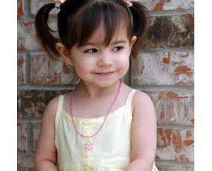 Lekkie fryzury dla dziewczynek: warkocze, ponytails, łuki
