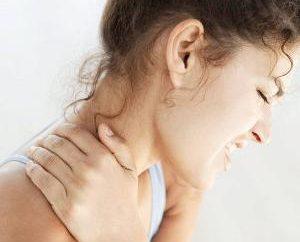 Ból w szyi podczas obracania głowy: jakie są powody?