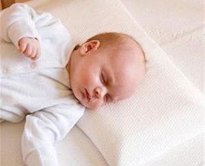 ¿Cuándo puede dormir al bebé sobre una almohada? Aprendemos!