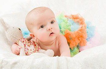 Kiedy dziecko zaczyna trzymać głowę? Ćwiczenia, normy i zalecenia