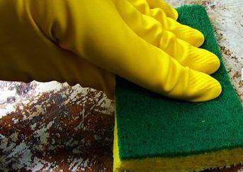 pan brûlé. Comment nettoyer? Nous sommes à la recherche de la façon la plus sûre