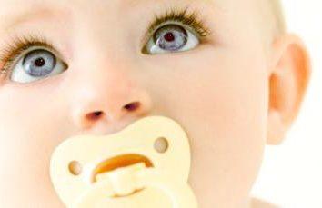 Comment apprendre à un enfant à un pacificateur: conseils aux jeunes mères