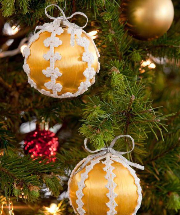 Weihnachtskugeln mit seinen Händen