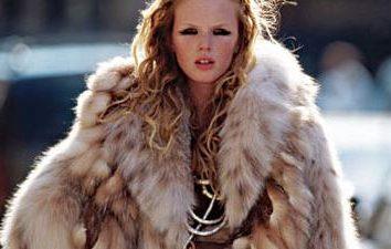 manteau de fourrure artificielle est toujours à la mode