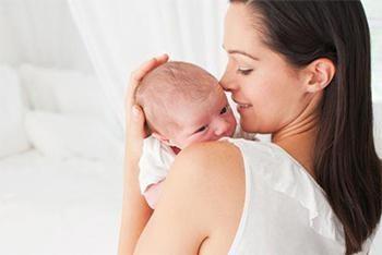 Dziecko wymiotuje zsiadłe mleko: przyczyny i leczenie