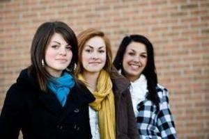 Kurtki dla nastolatek: jak wybrać odpowiedni model?